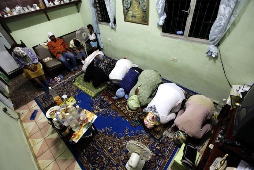 Muslim Kuba shalat Maghrib berjamaah usai makan Iftar atau buka puasa bersama di Havana, Cuba, Jumat (3/8).   (Desmond Boylan/Reuters)