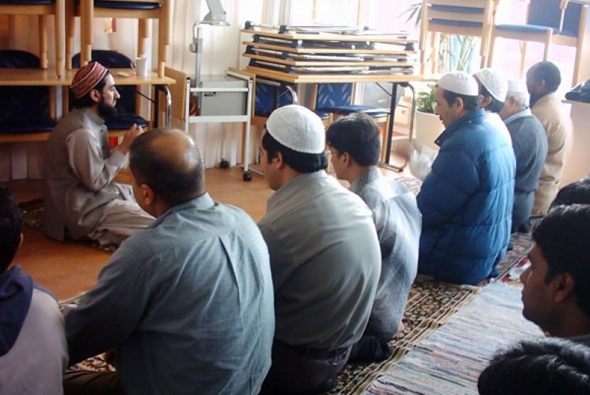 Muslim Swedia melaksanakan shalat berjamaah usai berbuka puasa bersama.