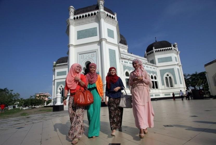 Muslimah bekerja di luar rumah (ilustrasi).