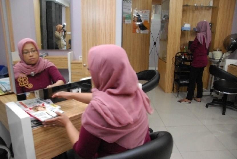 Muslimah bekerja (ilustrasi).