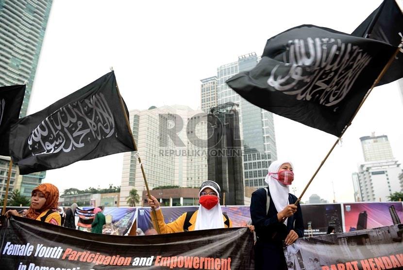 Muslimah Hizbut Tahrir Indonesia melakukan aksi Nasional Pemudi Islami di Bundaran HI, Jakarta, Senin (28/10).    (Republika/Agung Supriyanto)