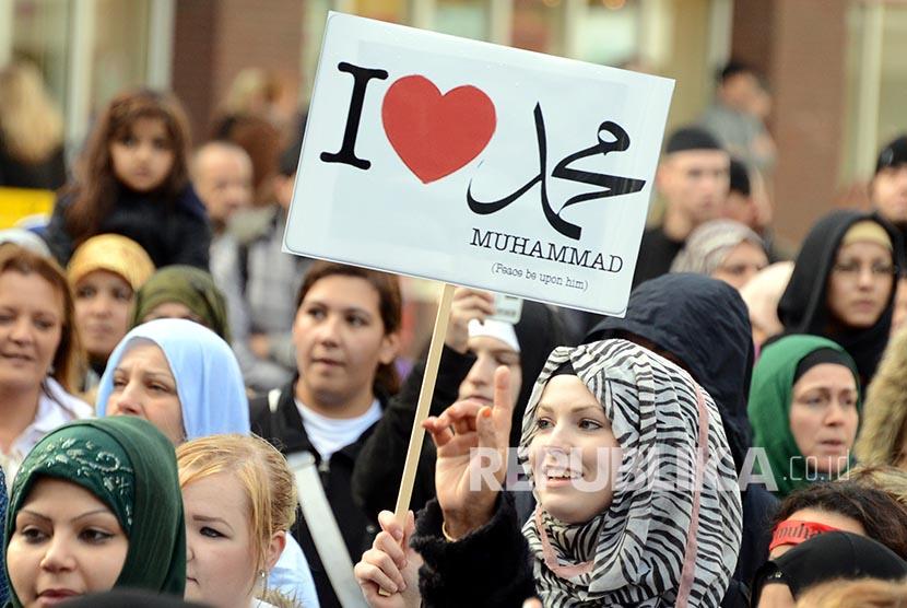 Muslimah Jerman berunjukrasa di Hamburg, Jerman.