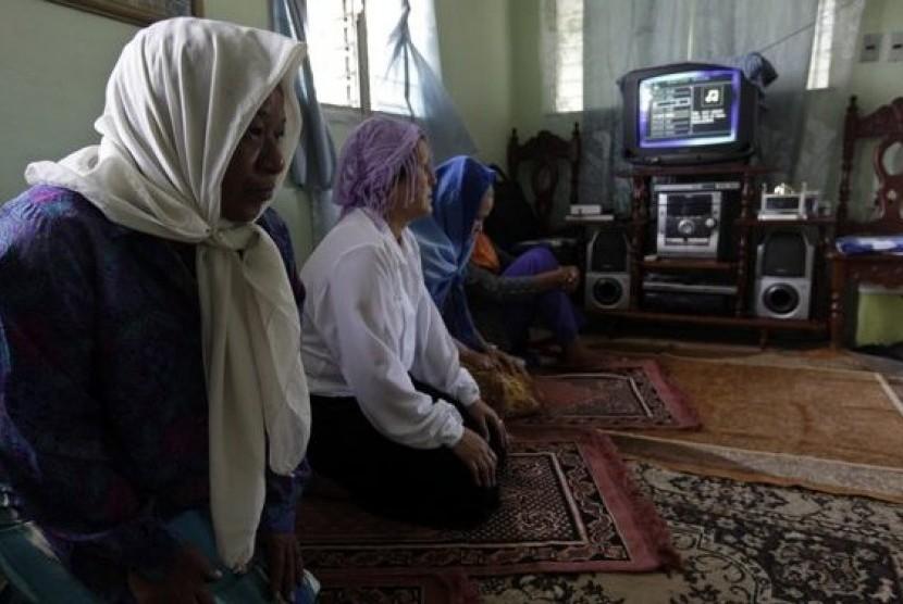 Muslimah Kuba di Kota Havana melaksanakan shalat jamaah di apartemen.
