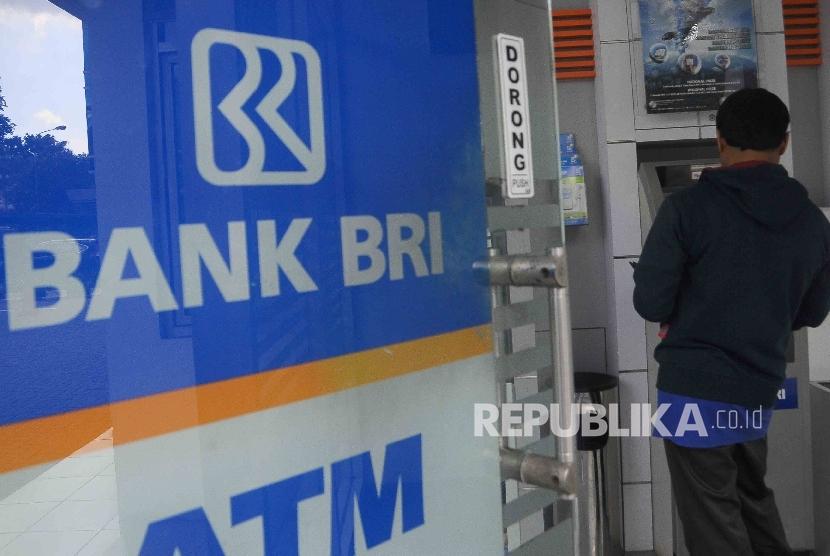 Nasabah melakukan tansaksi menggunakan mesin ATM Bank BRI di Jakarta, Senin (13/6). (Republika/Agung Supriyanto)