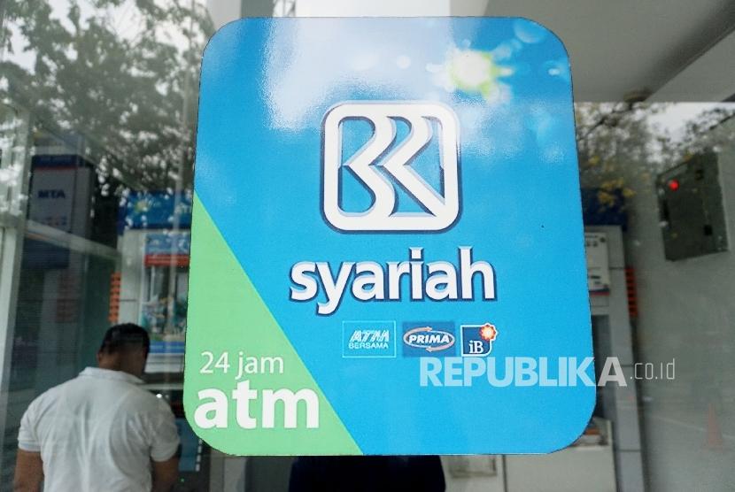 Nasabah melakukan transaksi melalui ATM BRI Syariah di Jakarta, Ahad (20/8).