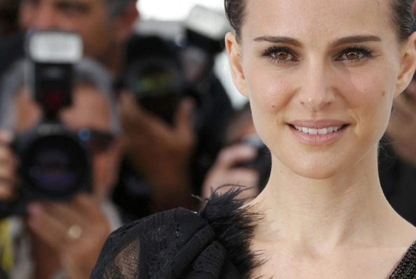 Natalie Portman di Festival Film Cannes sebelum pemutaran film A Tale of love and Darkness yang disutradarai dan perankan.
