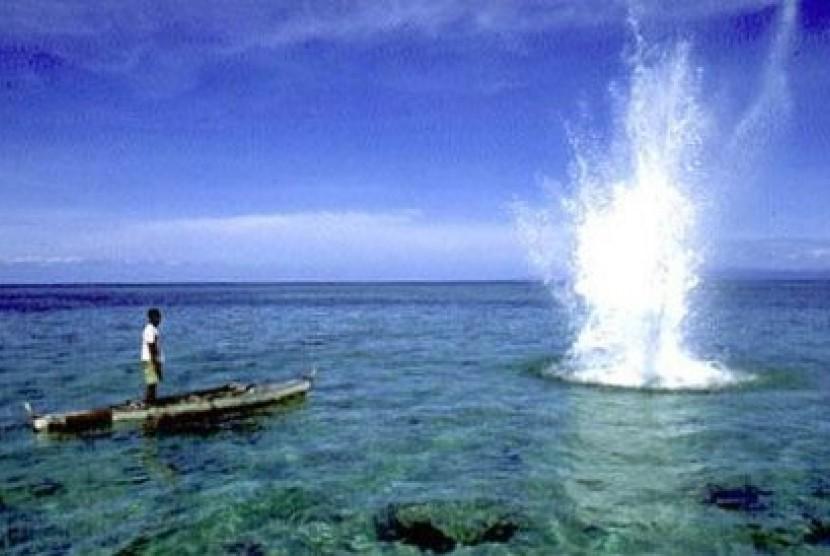 Menggunakan bom untuk mendapatkan ikan. (ilustrasi).