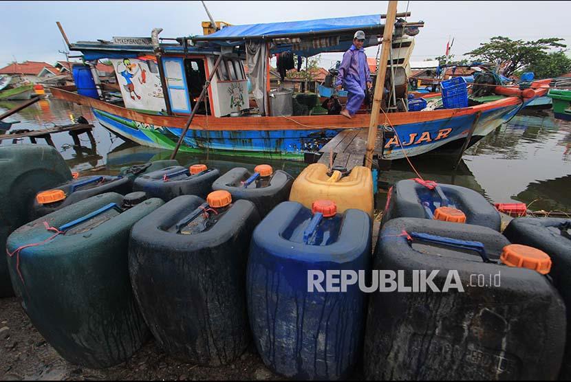 [ilustrasi] Nelayan menyiapkan perbekalan untuk melaut.