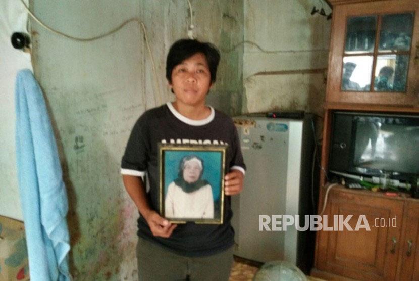 Neneng (46) putri bungsu almarhum nenek Hindun (78), warga Kelurahan Karet, Kecamatan Setiabudi, Jaksel.