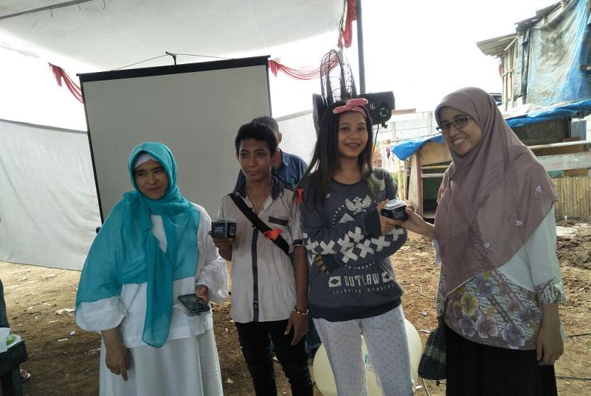 Neno Warisman bersama peserta hapus tato, bagian dari kegiatan Bakti Sosial di Taman BMW, Kampung Bayam, Kelurahan Papanggo, Kecamatan Tanjung Priok, Jakarta Utara. Jumat (12/1).