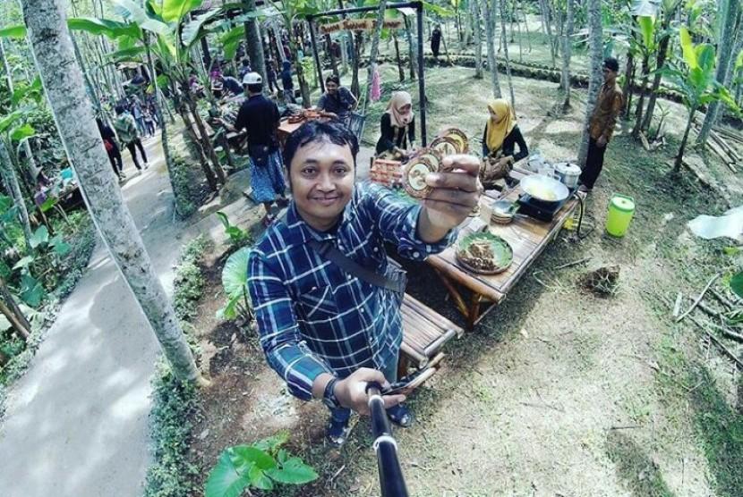Netizen mengabadikan aktivitasnya saat menikmati suasana di Pasar Karetan, Kendal, Ahad (5/11).