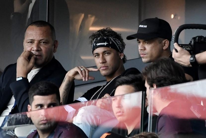Neymar Jr menyaksikan langung laga Paris Saint-Germain lawan Amiens dari tribun Parc des Princes, Sabtu (5/8).