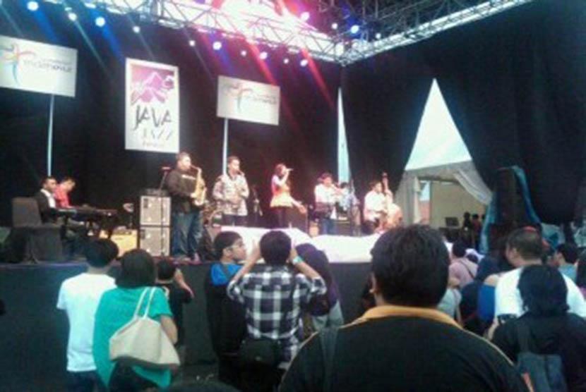 Nice Performance by Monita Tahalea