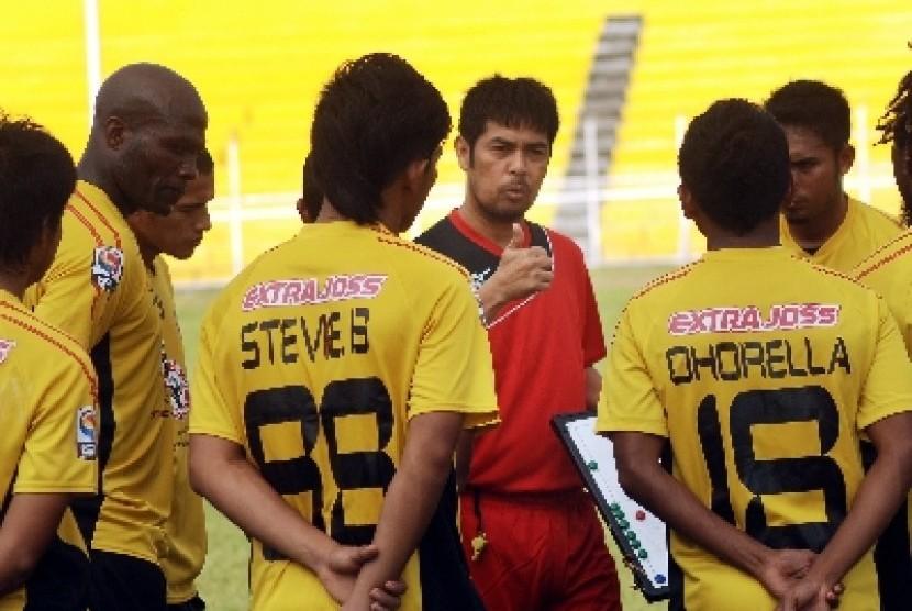 Nil Maizar (baju merah) memberikan instruksi kepada para pemain Semen Padang