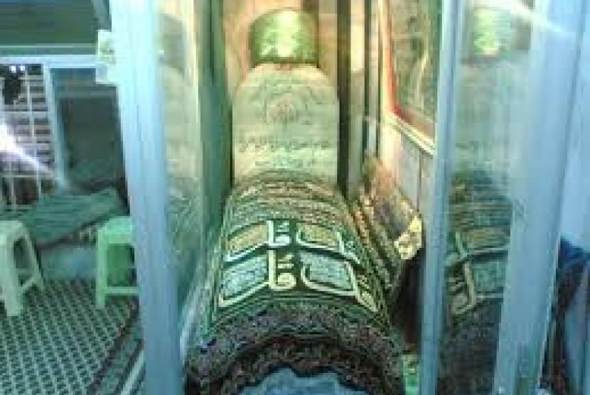 Nisan makam Abu Hurairah