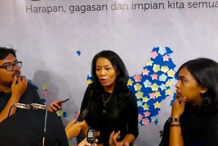 Novelis Dewi Lestari berbincang dengan wartawan saat menghadiri dialog perpajakan di Gedung Mar'ie Muhammad, Dirjen Pajak, Jakarta Selatan, Rabu (13/9).
