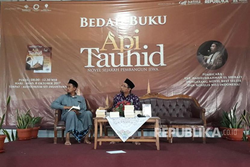 Novelis Habiburrahman El Shirazy menandatangani novel-novel karyanya di acara bedah novel Api Tauhid di Auditorium Sekolah Islam Terpadu Insantama, Bogor pada Ahad (8/10).