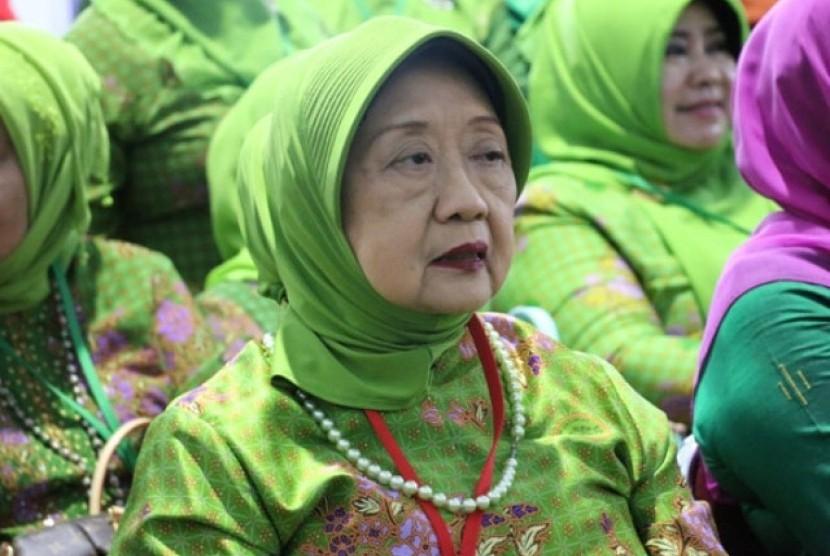 Nyai Aisyah Hamid Baidlowi binti KH Abdul Wahid bin Hasyim Asy'ari