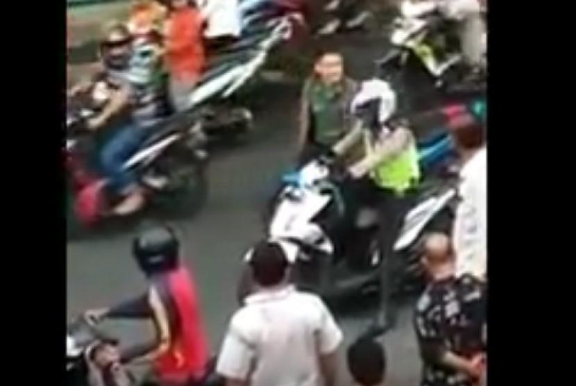 Oknum TNI berselisih dengan anggota polisi.