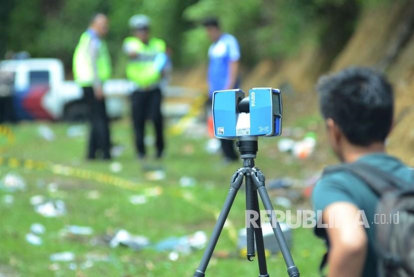 Olah TKP dengan menggunakan alat Faro berteknologi tiga dimensi (3D) di lokasi kecelakaan bus di Tanjakan Emen, Kecamatan Ciater, Kabupaten Subang, Ahad (11/2).