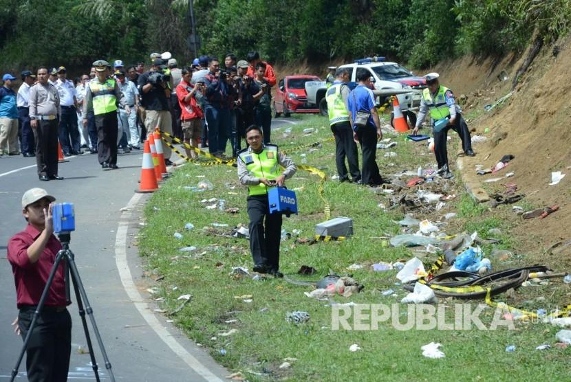 Olah TKP di lokasi kecelakaan bis di tanjakan Emen, Kecamatan Ciater, Kabupaten Subang, Ahad (11/2).
