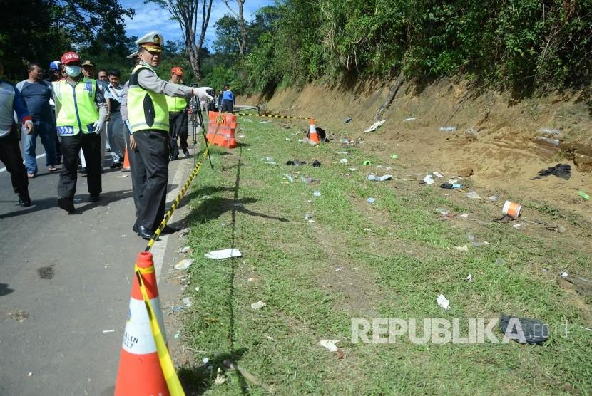 Olah TKP di lokasi kecelakaan bus di Tanjakan Emen, Kecamatan Ciater, Kabupaten Subang, Ahad (11/2).