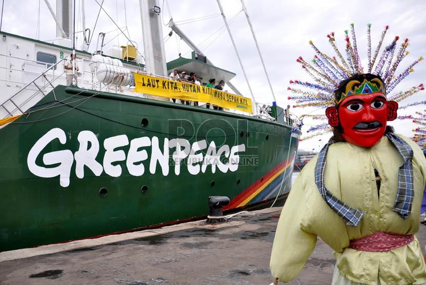 Ondel-ondel menyambut kedatangan Kapal Greenpeace bernama Rainbow Warrior berlabuh di Pelabuhan Tanjung Priok, Jakarta Utara, Kamis (6/6).  (Republika/Rakhmawaty)