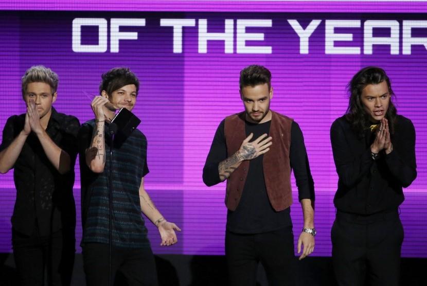 One Direction saat menerima penghargaan Artist of the Year di American Music Awards, (23/11).