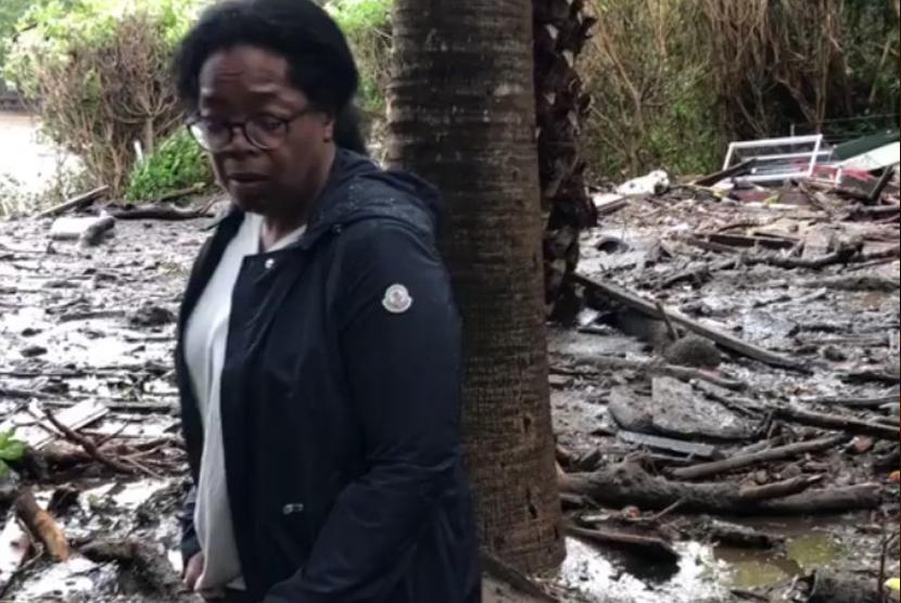 Oprah Winfrey saat menunjukan kondisi lingkungan dekat rumahnya yang terdampak longsor.