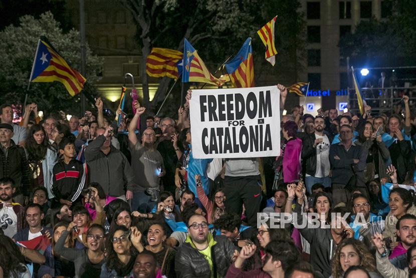 Orang-orang merayakan di alun-alun Catalunya setelah referendum 'referendum 1-O' Catalonia di Barcelona, Spanyol, (1/10).