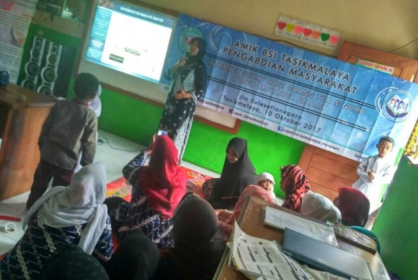 Orang tua dan guru antusias mendengarkan penjelasan mengenai internet oleh dosen AMIK BSI Taksimalaya.