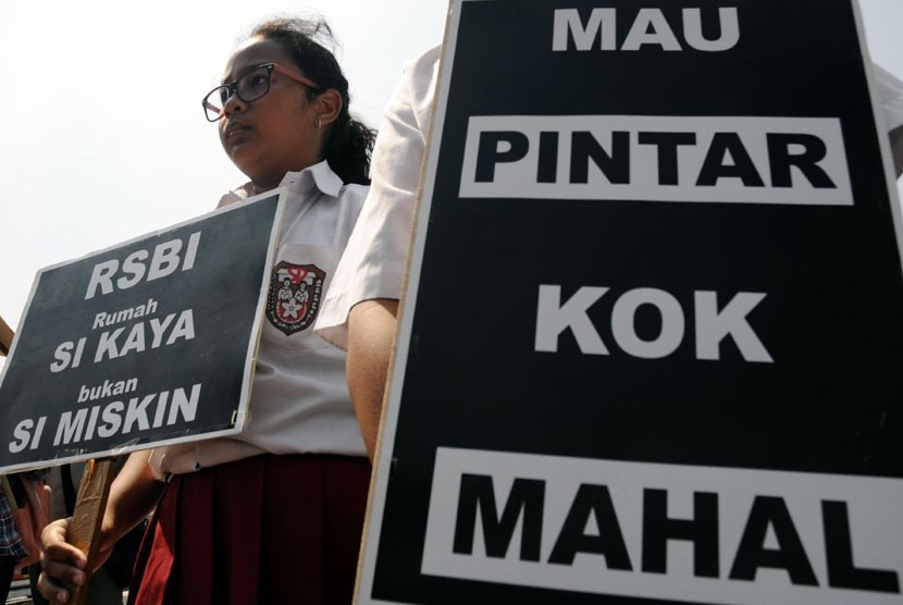  Orang tua siswa, pelajar dan aktivis peduli pendidikan berunjuk rasa menentang biaya pendidikan yang mahal.  (Aditya Pradana Putra/Republika)