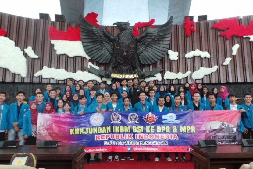 Organisasi mahasiswa BSI melakukan kunjungan studi ke gedung DPR RI.