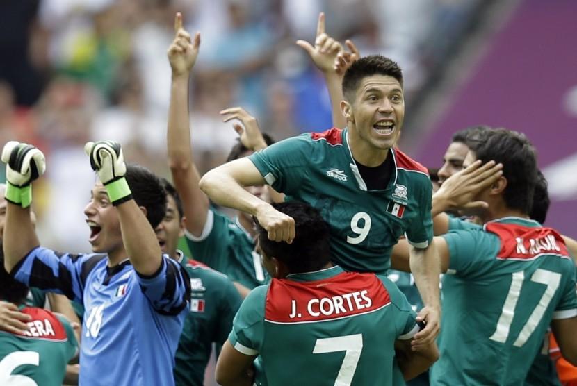 Oribe Peralta (9) dan Javier Cortes (7) merayakan kemenangan mereka setelah memastikan medali emas dalam pertandingan final olimpiade London 2012 mengalahkan Brasil.