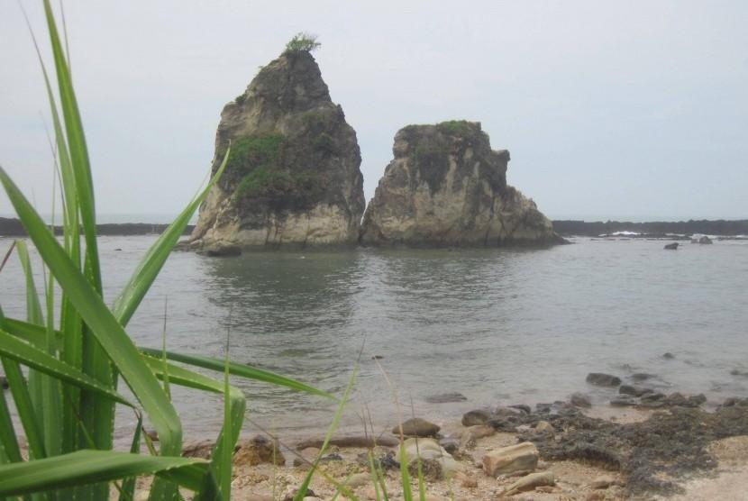 Hamparan pasir putih yang lembut di Pantai Ciantir, mampu mengajak para pengunjung untuk lama berleyeh-leyeh di sana.