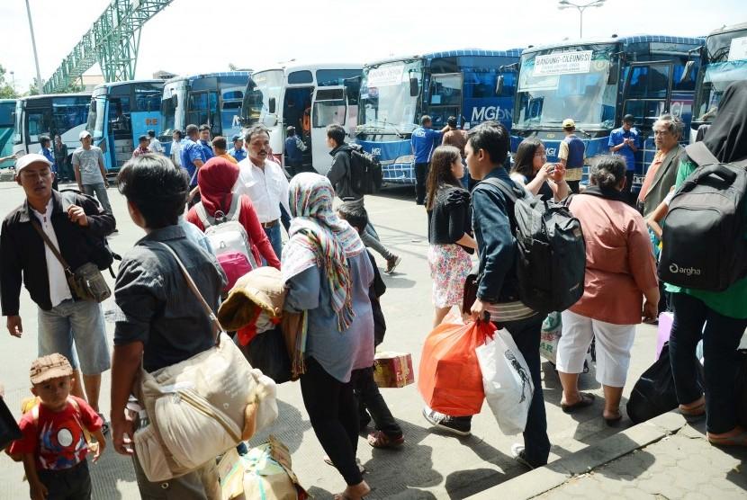 Padat Calon Penumpang: Saat arus balik, para calon penumpang memadati terminal Leuwipanjang, Kota Bandung, Ahad (3/8). Para calon penumpang bus, banyak di antaranya para puruh pabrik, menuju jurusan daerah-daerah Industri.