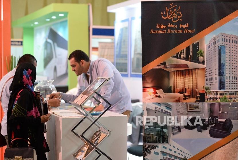 Pameran Haji dan Umrah. Pengunjung meminta informasi di stand peserta Pameran umrah haji dan wisata muslim, Islamic Tourism Expo 2017 di Jakarta, Rabu (11/10).