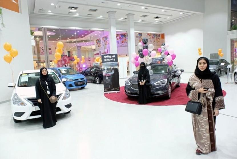 Tampilan Beda SPG Pameran Mobil Khusus Perempuan
