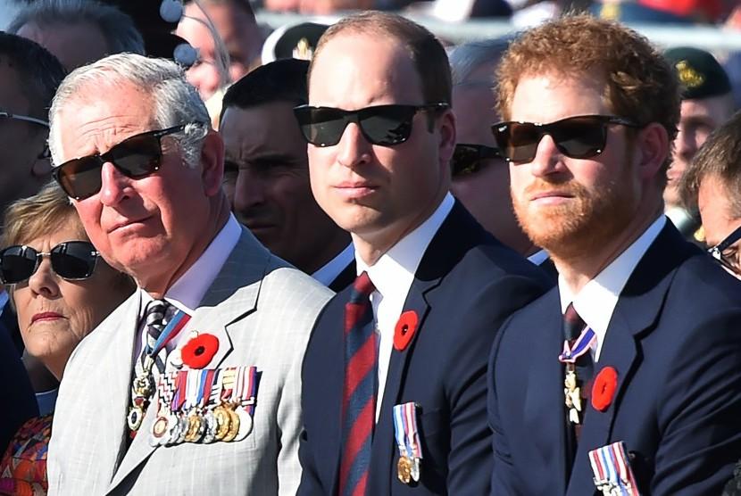 Pangeran Charles (kiri), Pangeran William (tengah), dan Pangeran Harry (kanan).