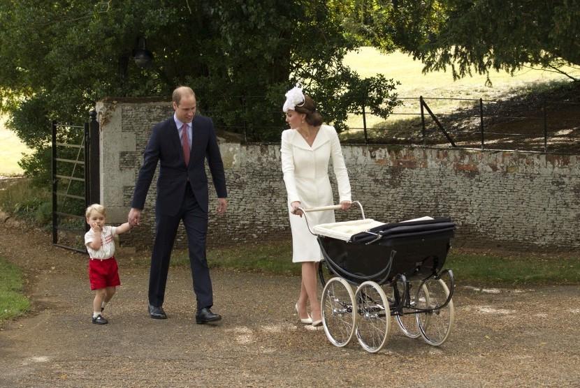 Pangeran George digandeng ayahnya Pangeran William dan berjalan dengan ibunya Kate Middleton.