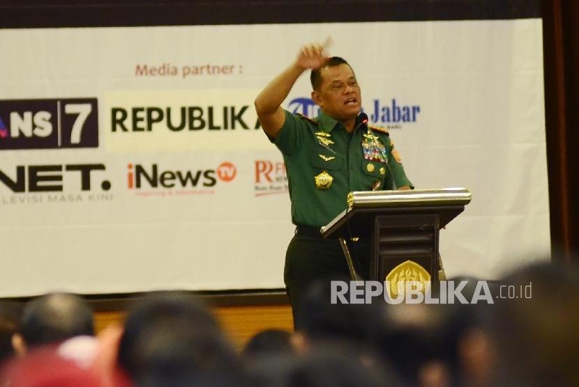 Panglima TNI, Jederal TNI Gatot Nurmantyo, menyampaikan materi pada seminar nasional