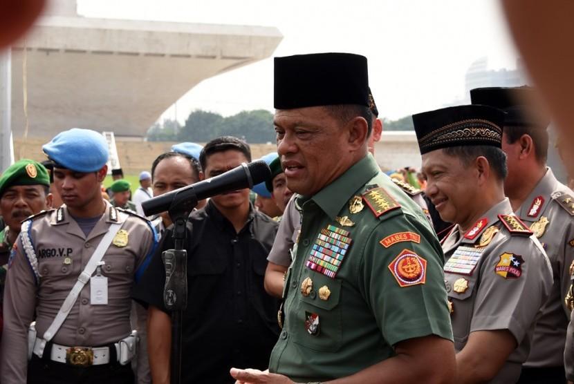 Panglima TNI, Jenderal Gatot Nurmantyo, bersama ribuan prajurit TNI-Polri dan masyarakat menggelar acara 'Istigasah dan Doa Keselamatan Bangsa' di Lapangan Silang Monas, Jakarta, Jumat (18/11).