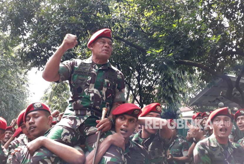 Panglima TNI Jenderal Gatot Nurmantyo digendong prajurit Kopassus hingga ke gerbang Markas Komando Kopassus, Cijantung, Jakarta Timur, Kamis (7/12).
