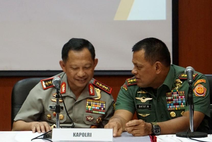 Panglima TNI Jenderal Gatot Nurmantyo (kanan) dan Kapolri Jenderal Polisi Tito Karnavian.