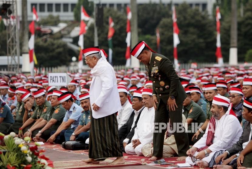 Panglima TNI Jenderal TNI Gatot Nurmantyo bersama Ketua Majelis Ulama Indonesia (MUI) Ma'ruf Amin saat mengikuti doa bersama di lapangan Plaza Mabes TNI Cilangkap, Jakarta, Kamis (17/8).