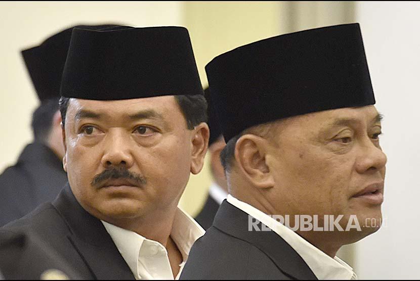Panglima TNI Jenderal TNI Gatot Nurmantyo (kanan) didampingi KSAU Marsekal TNI Hadi Tjahjanto (kiri).