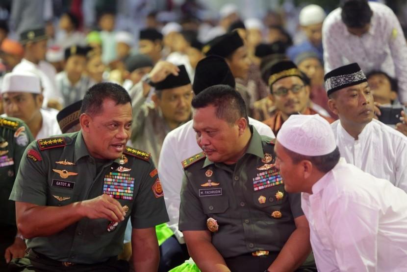 Panglima TNI Jenderal TNI Gatot Nurmantyo (kiri).