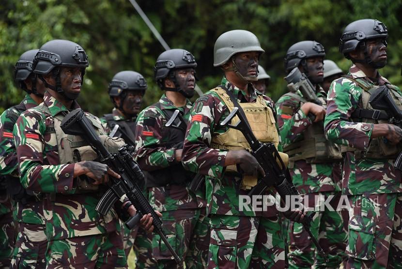 Panglima TNI Jenderal TNI Gatot Nurmantyo memberikan penghargaan kepada 63 prajurit TNI yang tergabung dalam Satgas Pembebasan Sandera atas keberhasilannya membebaskan 347 warga masyarakat yang disandera oleh Kelompok Kriminal Bersenjata (KKB) di Papua.