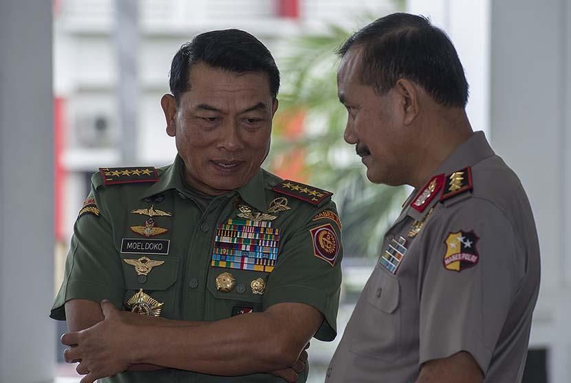 Panglima TNI Jenderal TNI Moeldoko (kiri) berbincang dengan Wakil Kapolri Komjen Pol. Badrodin .