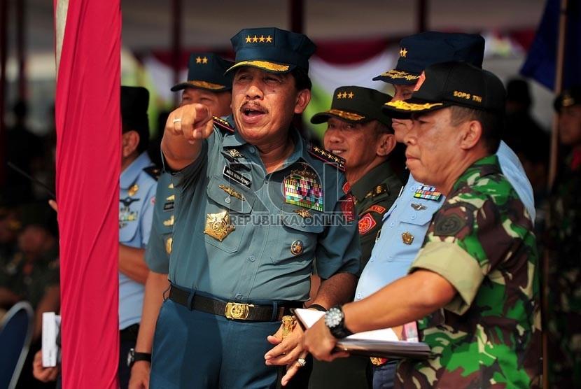 Panglima TNI Laksamana TNI Agus Suhartono (kiri) meninjau pelaksanaan acara gladi bersih upacara peringatan ke-67 Hari Jadi TNI di Bandara Halim Perdanakusuma, Jakarta Timur, Rabu (3/10). (Edwin Dwi Putranto/Republika)